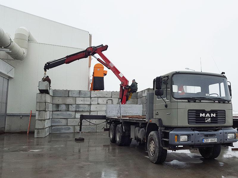 Producent prafabrykatów betonowych - Bruko-Bud dostawa i rozładunek bloków betonowych
